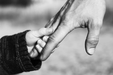 Заботливые руки Отца Father-holding-childs-hand-450x300